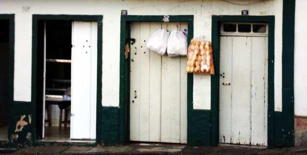 Onde comer em Ouro Preto - pão na porta