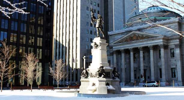 Roteiros de Montreal - estátua em frente à catedral de Notre Dame