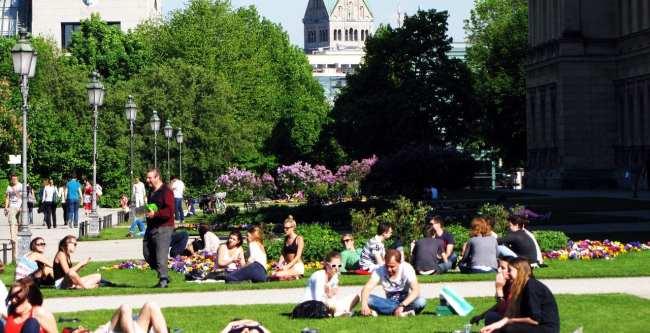Clima na Alemanha - Pessoas nos jardins pegando um sol
