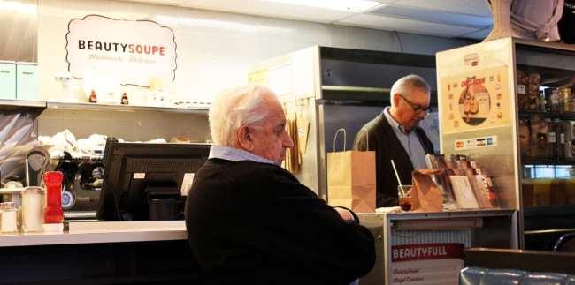 Comer bem em Montreal - Beauty's Café - dono