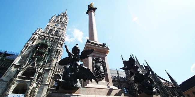 Dicas e roteiros de Munique - Monumento na Marienplatz