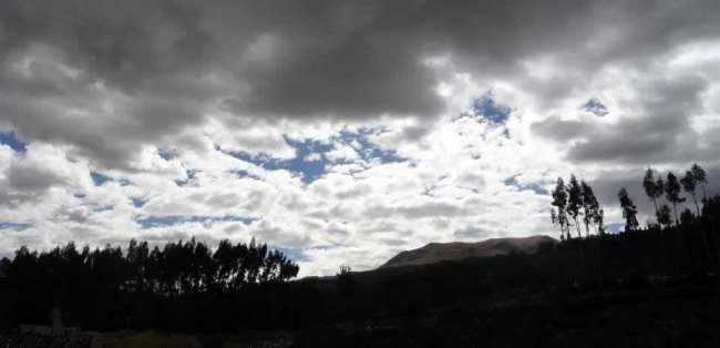 Inti Raymi - Céu nublado com uma pequena abertura do sol