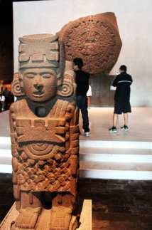 Museu Nacional de Antropologia - Pedra do Sol Asteca ao fundo