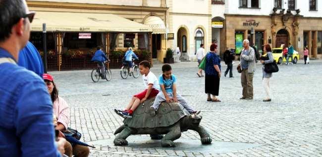Olomouc - Fonte do Arion - crianças brincando