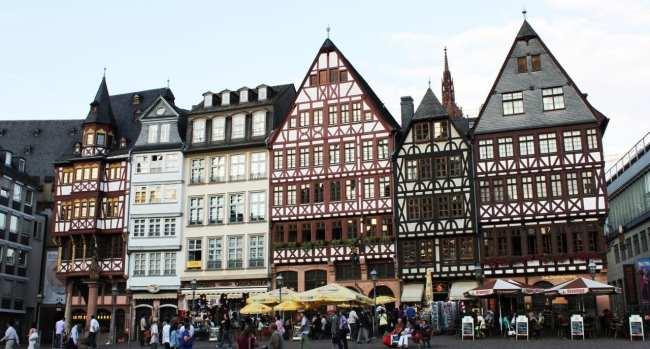 Centro Histórico de Frankfurt - Römerberg: praça de tarde com os prédios antigos