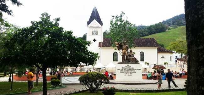Montanhas - Monumento ao Imigrande e igreja Luterana em Domingos Martins
