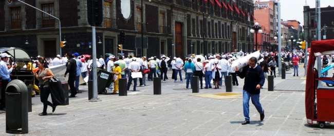 É seguro viajar pelo México - Passeata de professores pelo centro da cidade