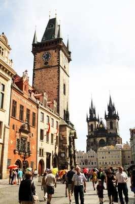 Relógio Astronômico de Praga - Rua ao lado da Old Town Hall de dia vista mais de perto