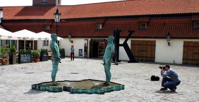 Malá Strana Praga - Museu Frankz Kafka e estátuas de David Cerny