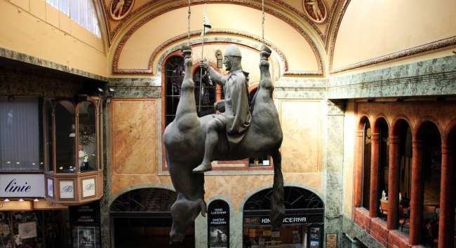 Os melhores cafés de Praga - Café Lucerna 2 David Cerny