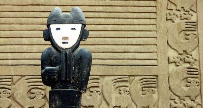 Chan Chan Patrimônio da Unesco - Estátua e esquilos