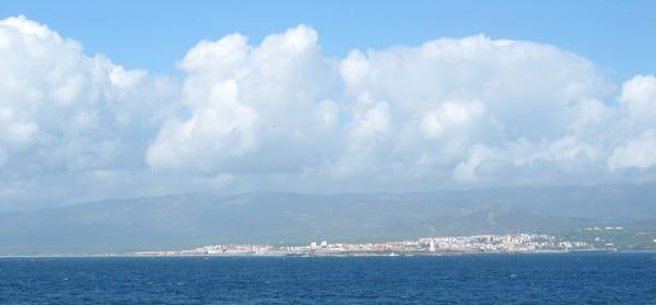 A Espanha, vista do barco no Estreito de Gibraltar