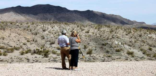 Passeio de helicóptero pelo Grand Canyon perto de Las Vegas - Casal tirando foto
