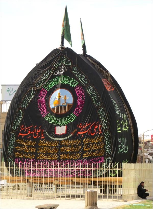 O Naklh em Tazd, um dos mais antigos do país, aquui já enfeitado para a Ashura