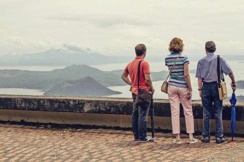 Turistas olhando o Taal, em Tagaytay