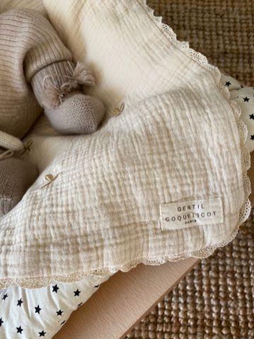 Couverture brodée et chaussons pour bébé
