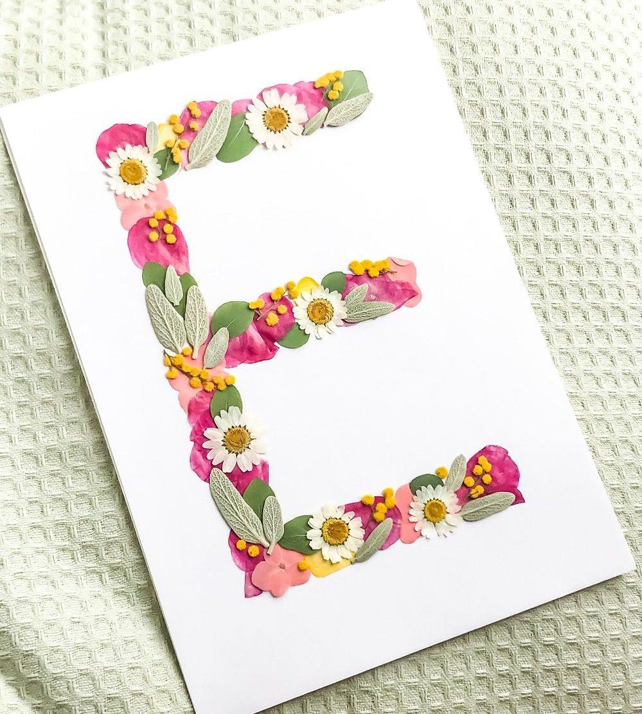 Lettre faite avec des fleurs