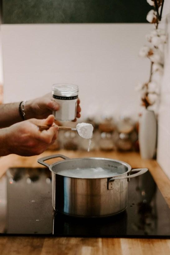 Ajouter tous les ingrédients sauf l'huile essentielle // Crédit - Les Lovers Wedding