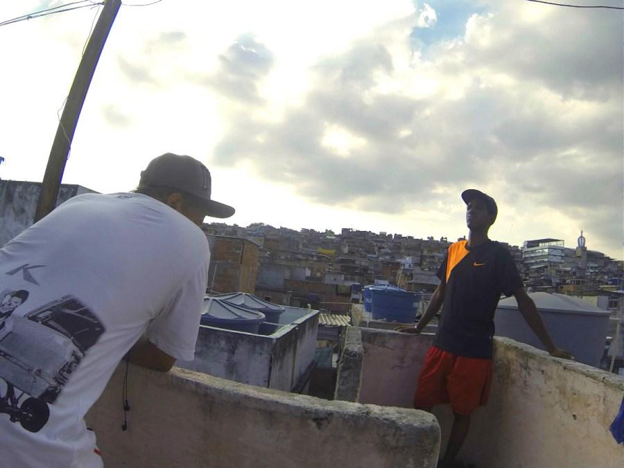 Isaque et Douglas sur le toit d'une maison au Jacarezinho