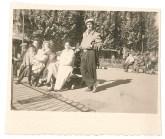 Odette, accompagnée de ses enfants et de son mari