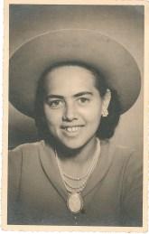 """Odette à 20 ans. Au verso de la photo : """" La réclame pour le dentifrice t'envoies ses plus affectueuses pensées. Odette"""""""
