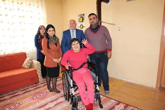 """<p>Engelli ve ihtiyaç sahibi vatandaşlara tekerlekli sandalye yardımında bulunan Sungurlu Belediyesi yine bir vatandaşın daha bu konuyla ilgili talebini yerine getirdi. Sungurlu Belediyesi Basın Yayın ve Halkla İlişkiler personelleri , Bahçelievler mahallesinde oturan Başol ailesini ziyaret ederek tekerlekli sandalyeyi aileye teslim etti. Taleplerini geri çevirmeyerek yerine getiren Belediye Başkanı Abdulkadir Şahiner'e teşekkür eden Mustafa Başol, """"Kızım kronik rahatsızlıkları sebebiyle hareket etmekte zorlanıyor. Başkanımızın bu konularda hassas ve duyarlı olduğunu duydum ve belediyeye yardım talebinde bulundum. Beni geri çevirmeyerek yardımcı olan Belediye Başkanımıza teşekkür ediyorum. """"dedi. </p>"""