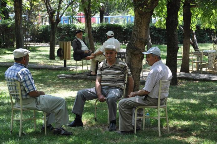 Sungurlu'da, son yılların en sıcak günlerini yaşıyor. Termometreler şehir merkezinde 41 dereceyi gösterirken, sıcaktan bunalan vatandaşlar serin yerlere akın etti. çorum, gölge, güneş, hava, park, sıcak, sungurlu, termometre