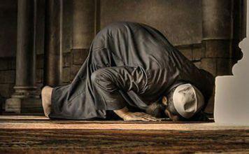 Мужчина читает намаз в мечети
