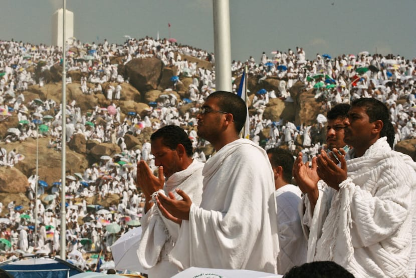 By Al Jazeera English (Praying at Arafat) [CC BY-SA 2.0 (http://creativecommons.org/licenses/by-sa/2.0)], via Wikimedia Commons