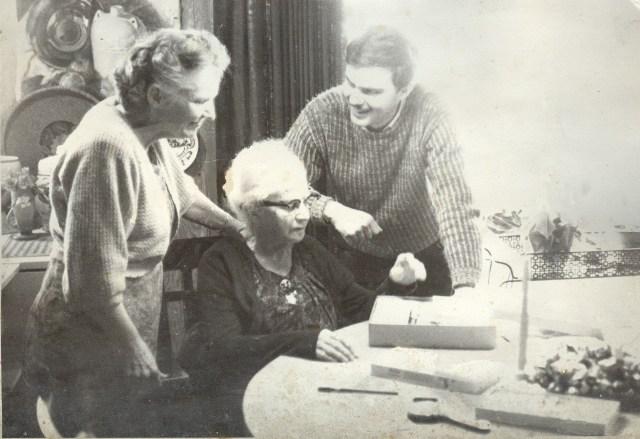 Sayre Dodgson, Fanny Y. Cory (Cooney), Robert Dodgson, Sayre's oil ptg from art school on wall, Fanny's Camano home