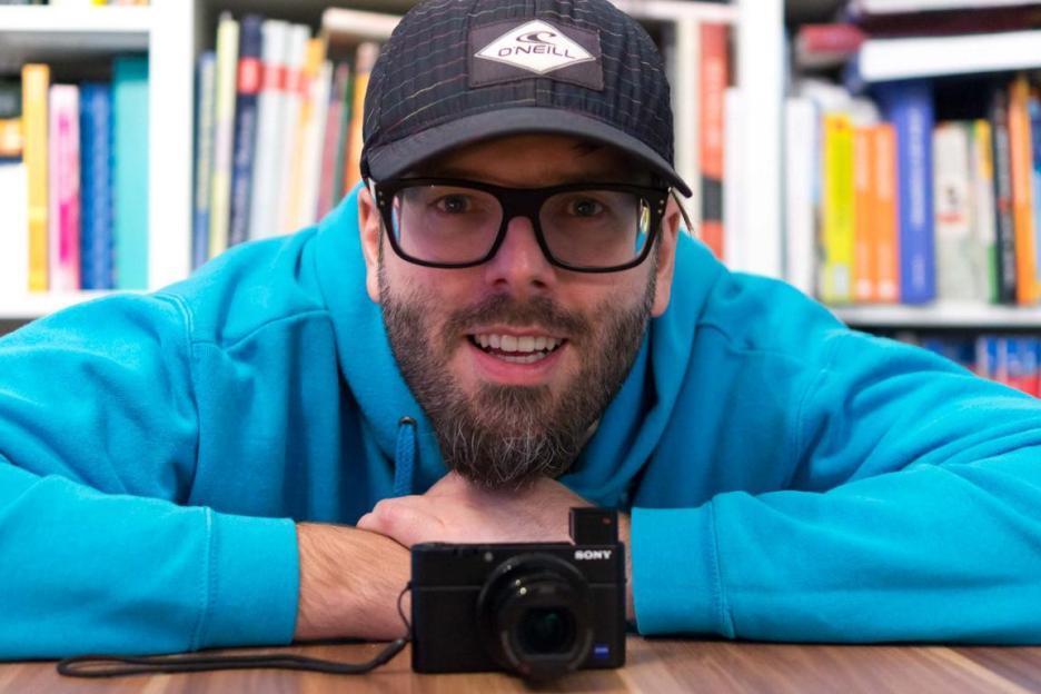 Reiseblogger Marc von Reisezoom mit Kamera