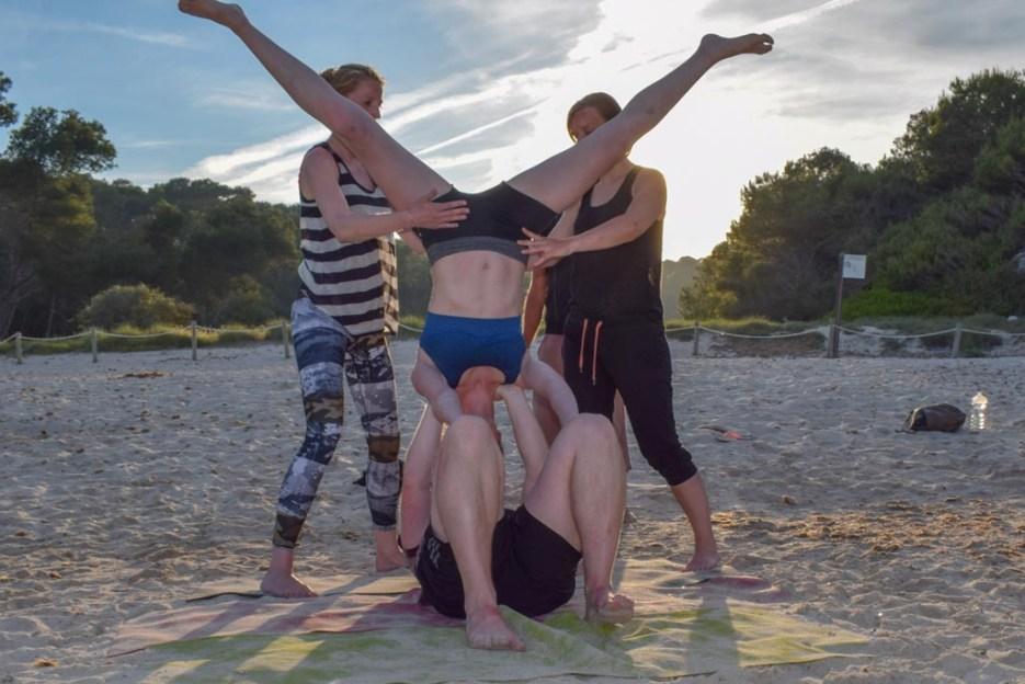 acro-yoga am strand der cala mondrago