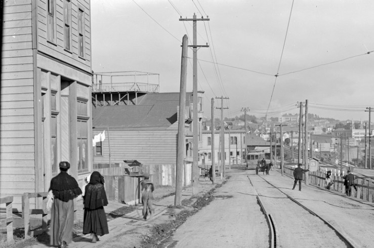 1911. Monterey Blvd near Circular. Dasse's Hall on left. Image courtesy SFMTA. sfmta.photoshelter.com.