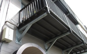 2019. The balconies at 420 Monterey have been rebuilt. Photo: Amy O'Hair.