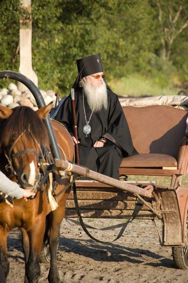 На Соловках вспоминают пострясающий случай, Владыка Алексий ехал на бричке по Анзеру, а в подножии горы Голгофа лошадь встала и нивкакую не идет, тогда из леса вышел старенький монах и сказал: А на Голгофу, Владыка, пешком...