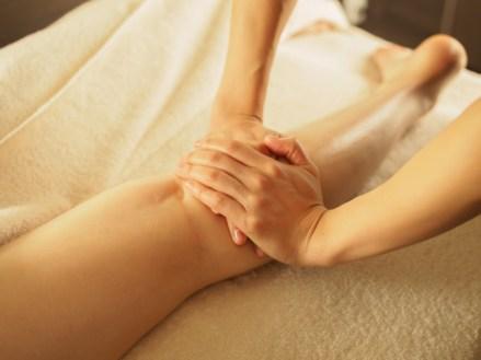 女性の辛い脚のむくみにはリンパマッサージをすると改善されます。