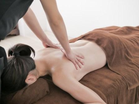 手のしびれや背中のコリは女性専門のアロマオイルリンパマッサージで改善できます。