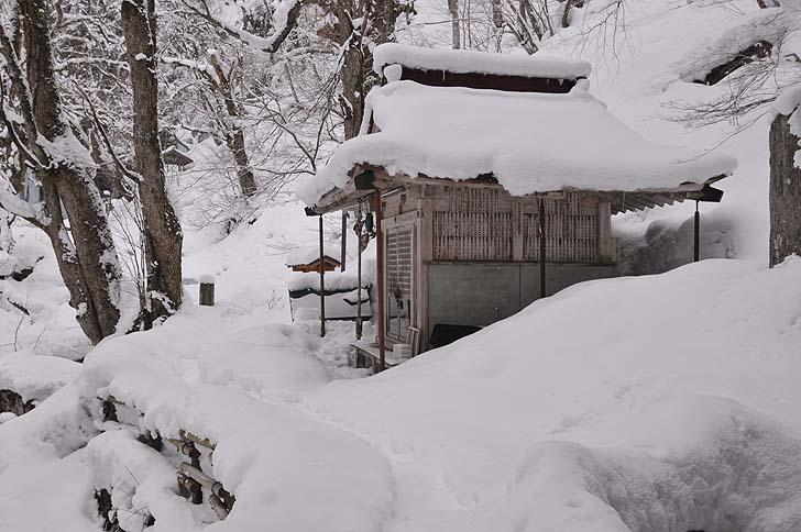 雪の中の神社