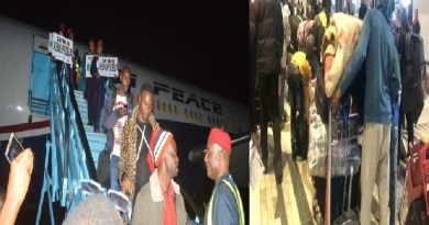 Xenophobic Attacks: FG, Lagos State give Cash to returnees from South Africa