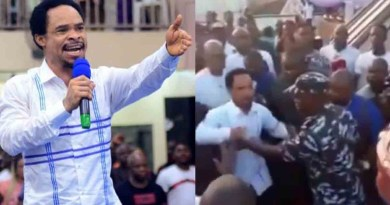 Moment Policeman pushes prophet Odumeje away from Governor of Kano (video)