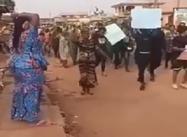 5 feared killed as residents protest footballer's death in Sagamu (Videos)