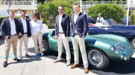 The Sunseeker France Group team in front of a beautiful DTS Classic car