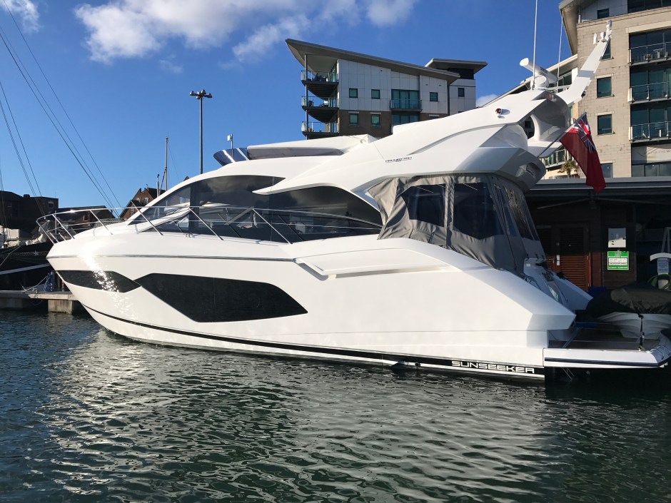HANDOVER: Sunseeker Torquay and Sunseeker London announce the successful completion and handover of the first Manhattan 52 for UK waters