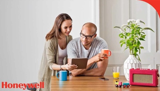 Couple using tablet - Humidity setting - Fort Myers - Sunset Air Home and Home Services