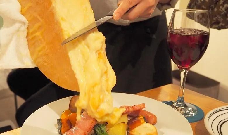 レストランでラクレットチーズ