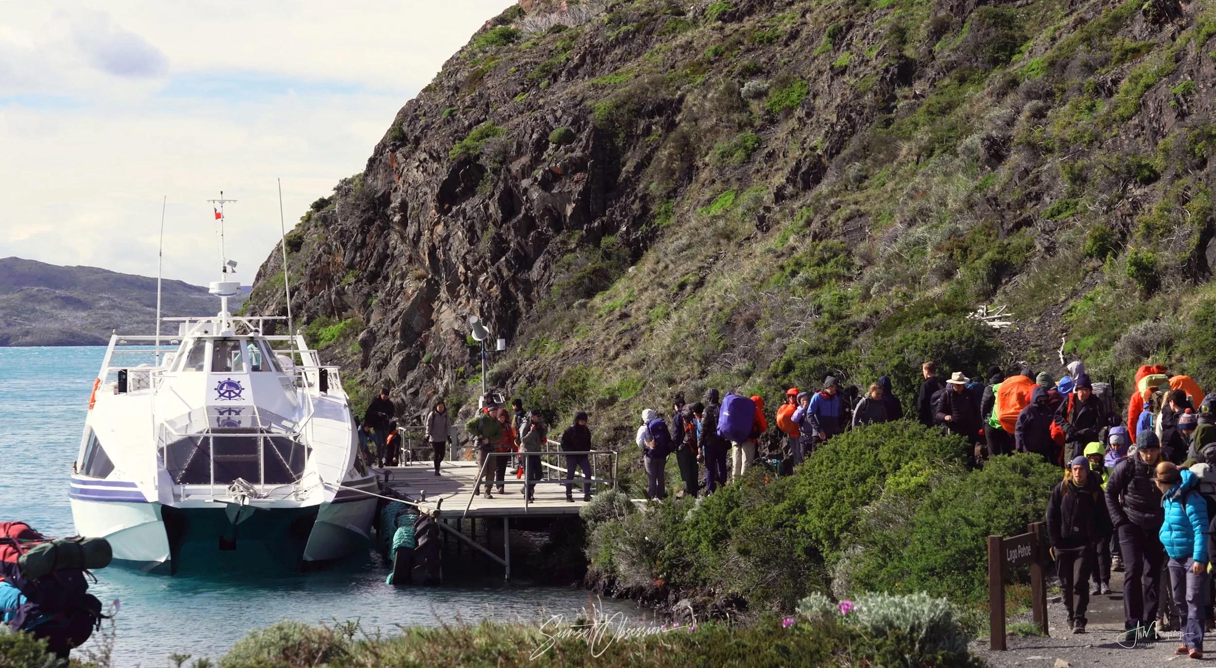 Катамаран Пудето у пристани в Пайне Гранде, Торрес-дель-Пайне