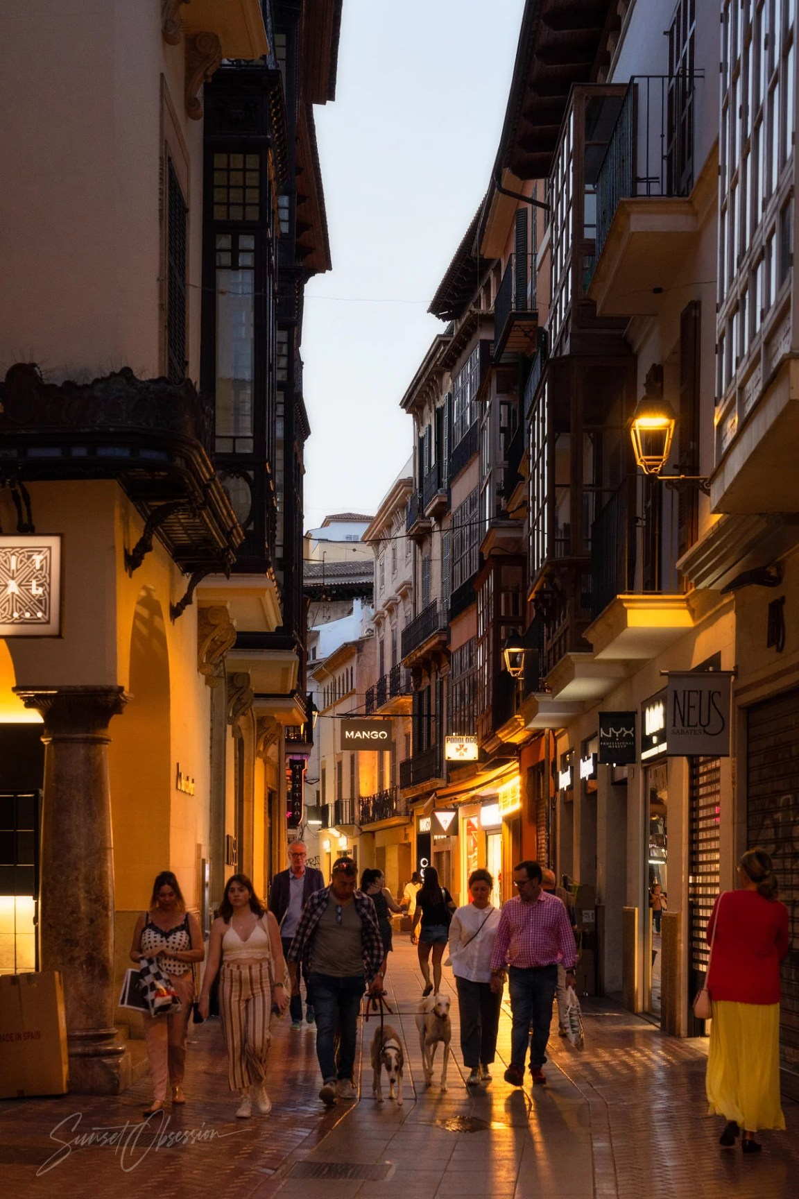 A relaxed evening in the old town of Palma de Mallorca