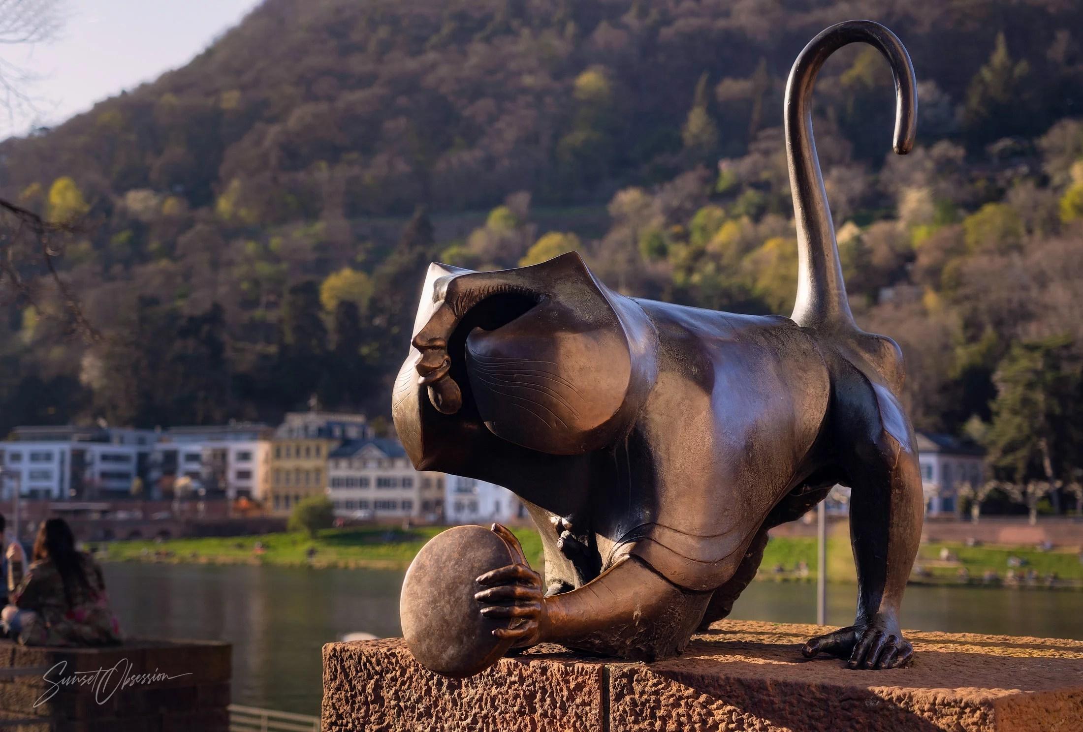 Статуя обезьянки на старом мосту в Гейдельберге