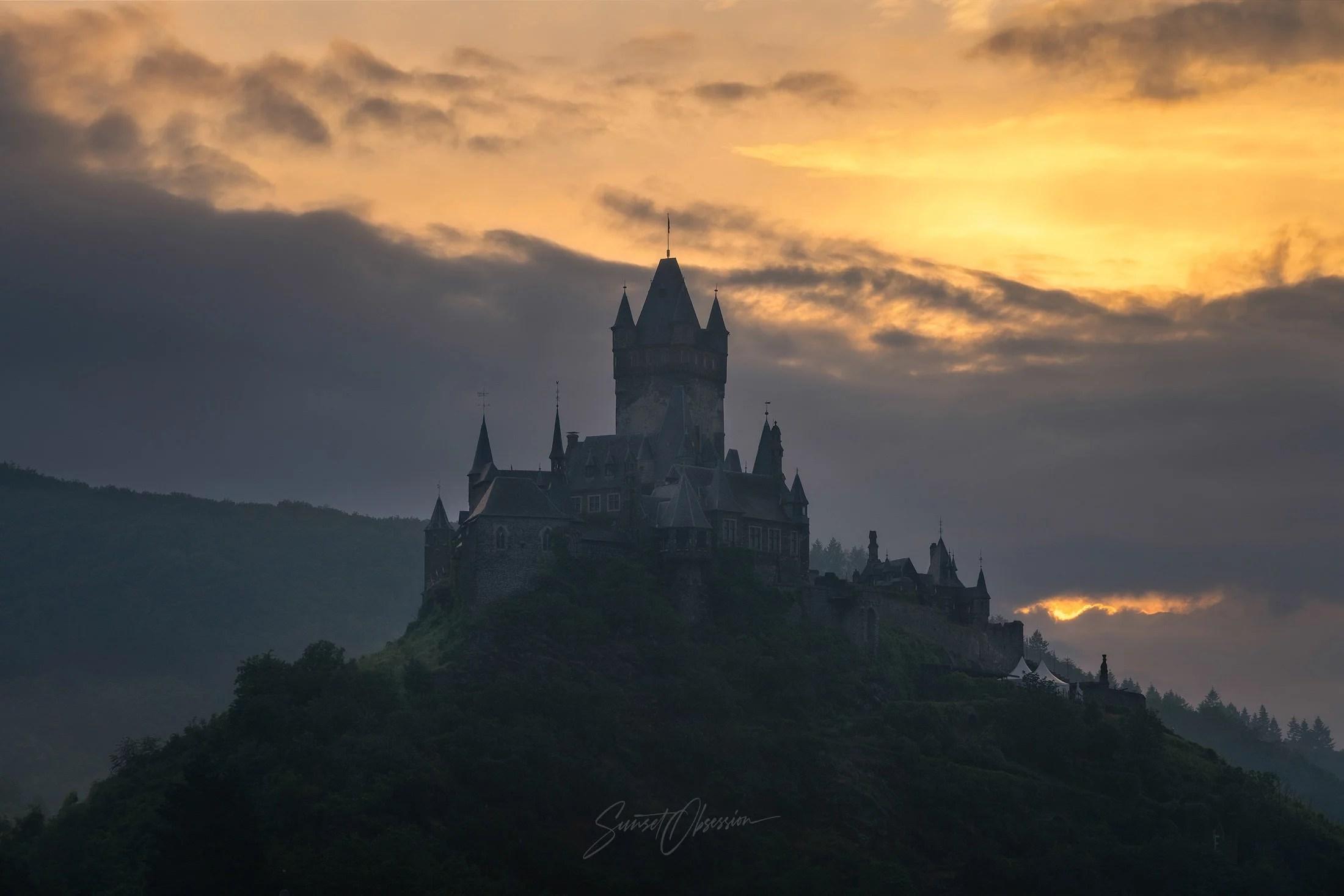 Огрненный закат над имперским замком