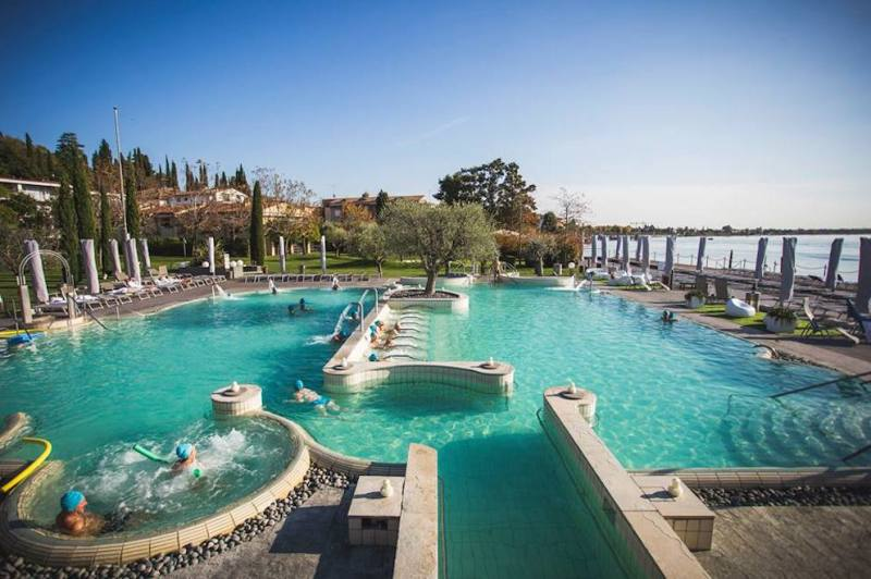 view of the outdoor thermal pools in aquaria sirmione